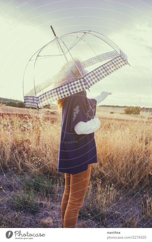 Junge Frau draußen mit ihrem Regenschirm Mensch Natur Jugendliche Sommer 18-30 Jahre Erwachsene Leben Lifestyle Umwelt Herbst Gesundheit natürlich feminin Stil