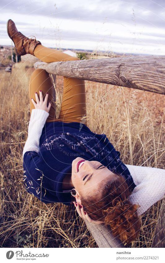 Junge Rothaarigefrau, die einen Herbsttag genießt Mensch Natur Ferien & Urlaub & Reisen Jugendliche Junge Frau blau Erholung Freude Ferne 18-30 Jahre Erwachsene