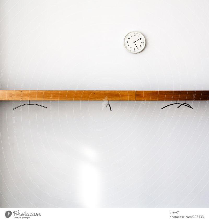 17:10 Uhr Feierabend weiß Holz Stil Büro klein Linie braun Raum Zeit frisch modern leer Uhr authentisch neu Streifen
