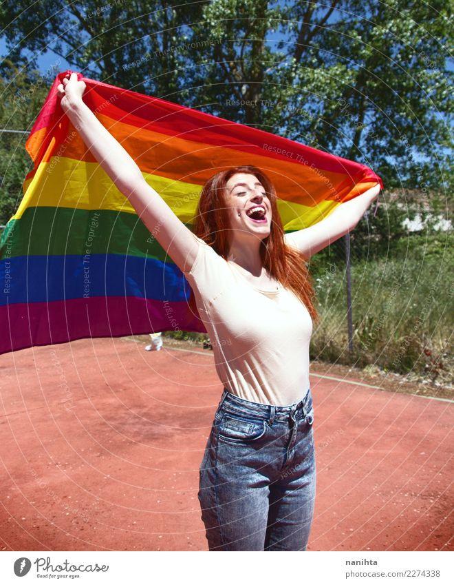 Junge Frau, die eine Regenbogenflagge hält Lifestyle Stil Freude Wellness Leben Wohlgefühl Feste & Feiern Mensch feminin Homosexualität Jugendliche 1