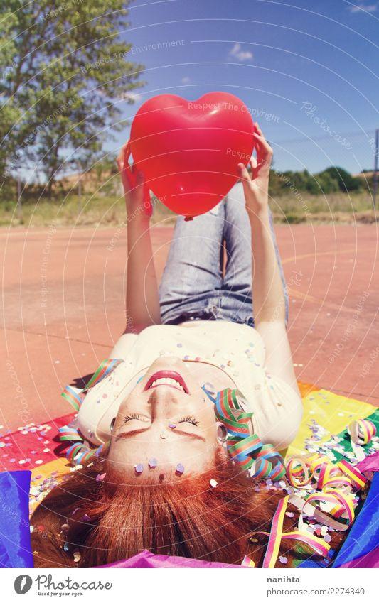 Junge glückliche Frau hält einen herzförmigen Ballon in der Hand. Lifestyle Stil Freude Haare & Frisuren Wellness Leben harmonisch Wohlgefühl Erholung