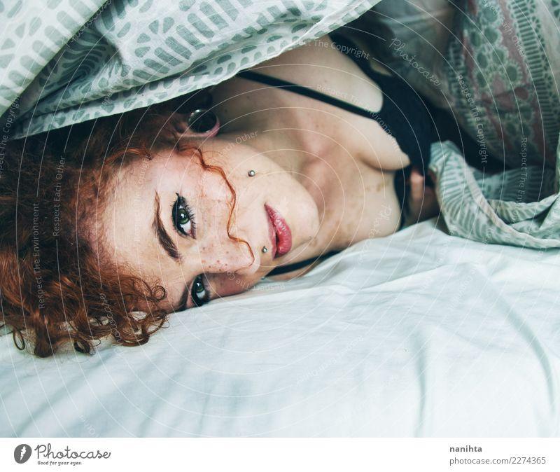 Junge rothaarige Frau aufwachen Lifestyle Stil schön Haare & Frisuren Haut Gesicht Sommersprossen Wellness Wohlgefühl Erholung ruhig Bett Mensch feminin
