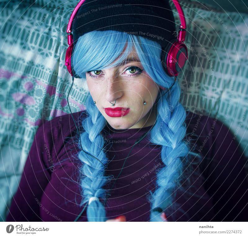 Junge Frau mit blauen Haaren hört Musik Lifestyle Stil schön Haare & Frisuren Haut Gesicht Sommersprossen Freizeit & Hobby Mensch feminin Jugendliche 1