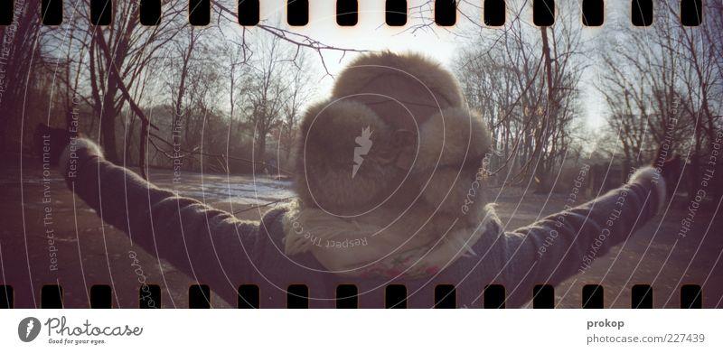 Der Frühling kommt Mensch Frau Erwachsene 1 Umwelt Natur Himmel Sonne Sonnenlicht Winter Schönes Wetter Baum Park Wald Mantel Schal Handschuhe Mütze Pelzmütze