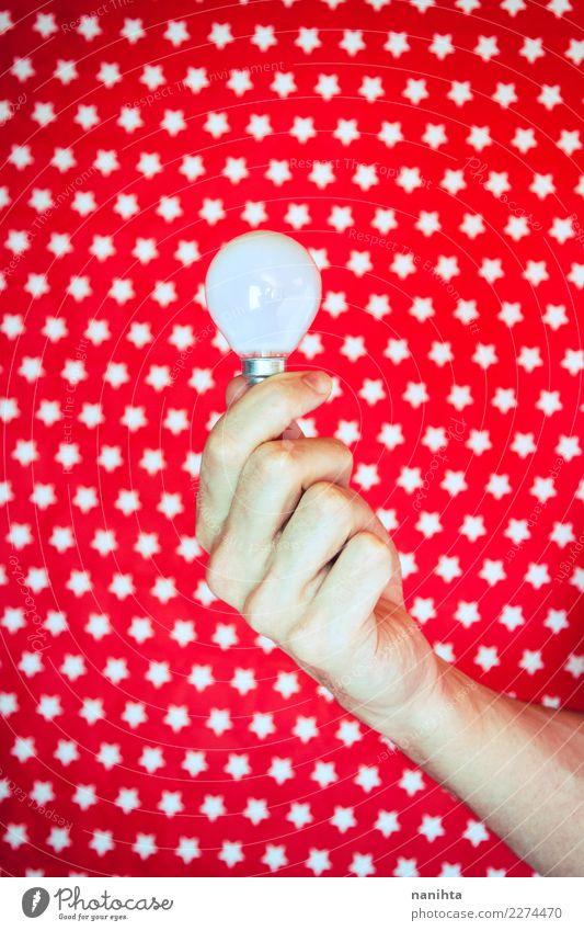 Hand, die eine Glühlampe hält Energiewirtschaft Mensch Mann Erwachsene 1 Kunst Glühbirne Glas Stern (Symbol) festhalten leuchten einfach Erfolg Billig hell neu