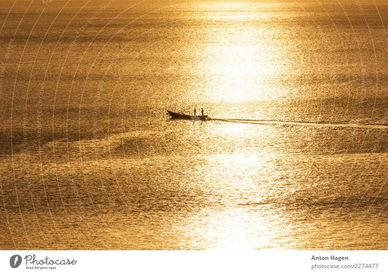 Traditionelles asiatisches Fischerboot bei Sonnenuntergang Umwelt Natur Schönes Wetter Meer Schifffahrt Bootsfahrt Motorboot gehen Erholung