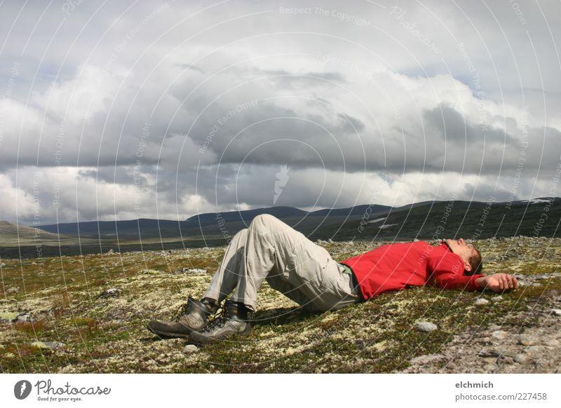 Dem Himmel nah Mensch Himmel Mann Natur Jugendliche Wolken ruhig Einsamkeit Ferne Erholung Freiheit Berge u. Gebirge Landschaft Erwachsene wandern Abenteuer
