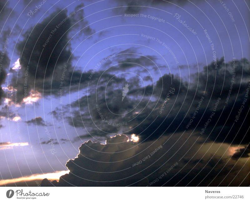 Gewitterwolken Himmel blau schwarz Wolken dunkel Regen Unwetter schlechtes Wetter