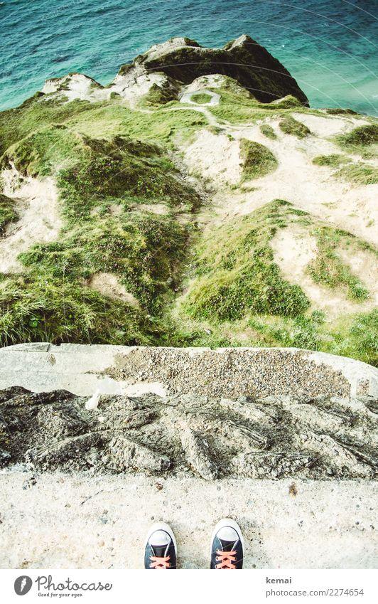 Am Rand stehen Mensch Natur Ferien & Urlaub & Reisen Sommer grün Wasser Meer Ferne Lifestyle Wärme Leben Küste Freiheit Fuß Ausflug Felsen