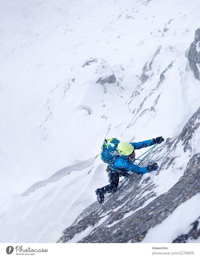 Kletterin im Sturm bei einem extremen Winteraufstieg Abenteuer Expedition Schnee Berge u. Gebirge Sport Klettern Bergsteigen Erfolg Frau Erwachsene Unwetter