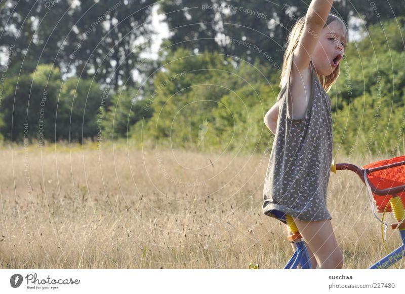 voll das leben II Kind Mädchen Kindheit Unbeschwertheit ADS Ritalin 3-8 Jahre Natur Sommer Wiese frech Fröhlichkeit lustig Freude Euphorie Fahrrad Unsinn Kleid