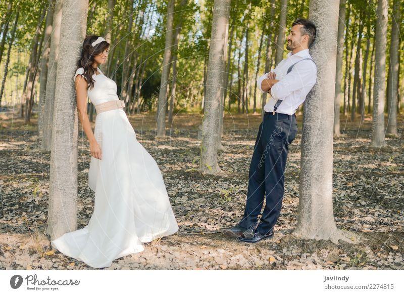 Gerade verheiratetes Paar zusammen im Naturhintergrund Glück schön Feste & Feiern Hochzeit Mensch Junge Frau Jugendliche Junger Mann Erwachsene 2 18-30 Jahre