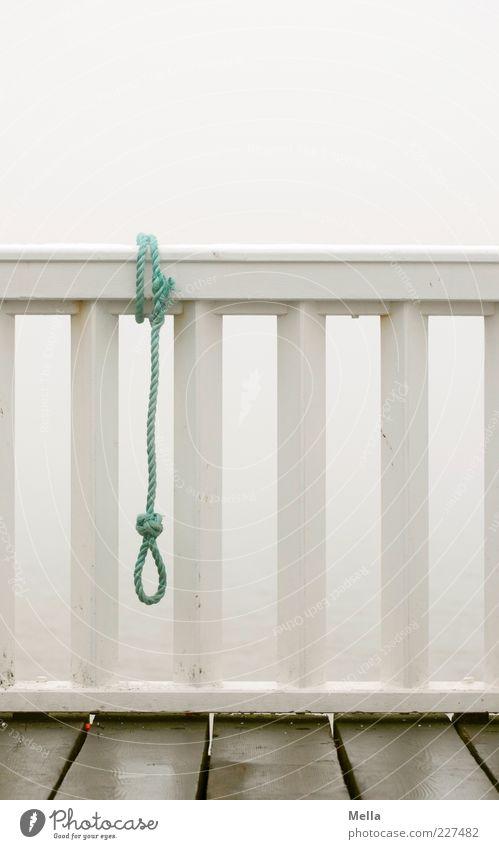 Auszeit Balkon Geländer Brückengeländer Reling Dielenboden Schlaufe Seil Zeichen Schnur Knoten hängen trist grau Gefühle Stimmung Traurigkeit Einsamkeit