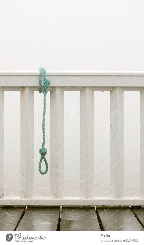 Auszeit Einsamkeit Traurigkeit Gefühle grau Stimmung trist Zeichen Seil Schnur Geländer Zukunftsangst Balkon Ende hängen Verzweiflung Brückengeländer