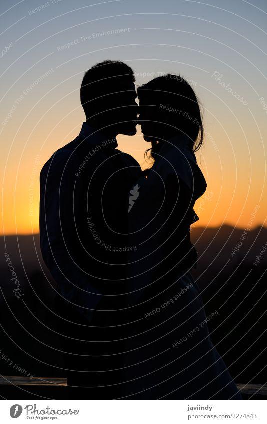 Silhouette einer jungen Braut und Bräutigam bei Sonnenuntergang Glück schön Hochzeit Mensch Junge Frau Jugendliche Junger Mann Erwachsene Paar 2 18-30 Jahre