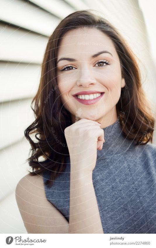 Schönes Mädchen mit toothy Lächeln im städtischen Hintergrund Lifestyle Stil Glück schön Haare & Frisuren Mensch feminin Junge Frau Jugendliche Erwachsene 1