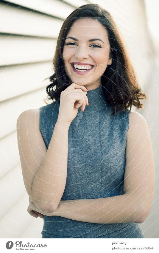 Junge Frau, Modell der Mode, lächelnd im städtischen Hintergrund Mensch Jugendliche schön weiß 18-30 Jahre Straße Erwachsene Lifestyle feminin Stil Glück