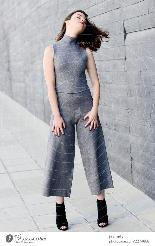 Junge Frau, die ihr Haar im städtischen Hintergrund bewegt Lifestyle Stil Glück schön Haare & Frisuren Mensch feminin Jugendliche Erwachsene 1 18-30 Jahre