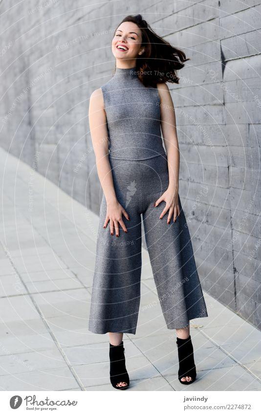 Junge Frau, die ihr Haar im städtischen Hintergrund lächelt und bewegt Mensch Jugendliche schön weiß 18-30 Jahre Straße Erwachsene Lifestyle feminin Stil Glück