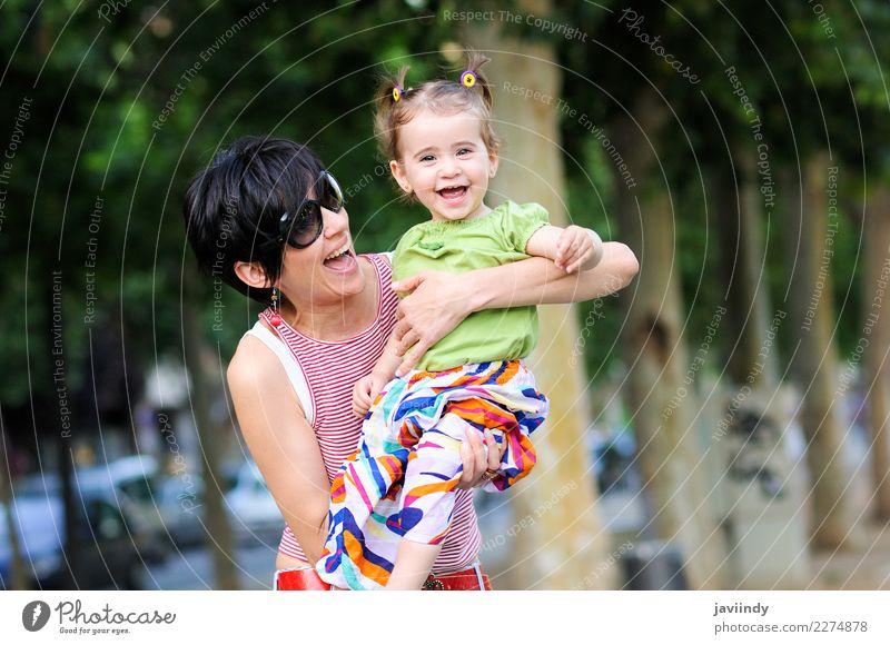 Mutter und Tochter, die im städtischen Park lachen Freude Leben Kindererziehung Mensch feminin Baby Kleinkind Mädchen Junge Frau Jugendliche Erwachsene Eltern