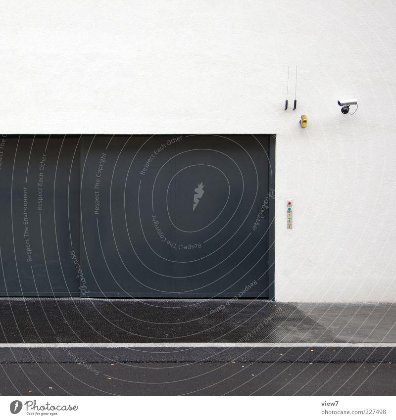 Sicherheitstechnik weiß schön Haus Straße kalt Wand Mauer Metall Tür elegant nass Fassade geschlossen Beton Design