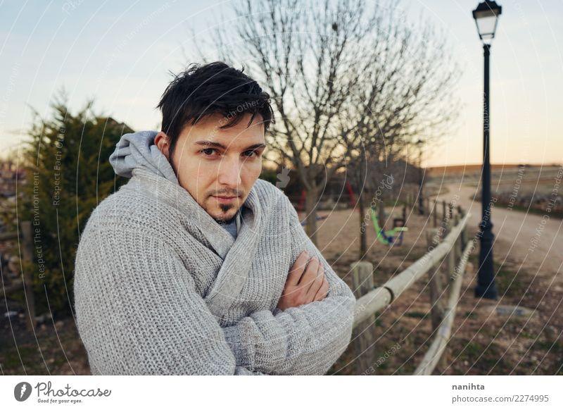 Junger Mann, der draußen aufwirft Lifestyle Stil Sinnesorgane Erholung Ferien & Urlaub & Reisen Mensch maskulin Jugendliche Erwachsene 1 30-45 Jahre Umwelt