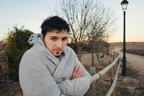Junger Mann, der draußen aufwirft Mensch Natur Ferien & Urlaub & Reisen Jugendliche Baum Erholung Winter Erwachsene Wärme Leben Lifestyle Umwelt Herbst kalt