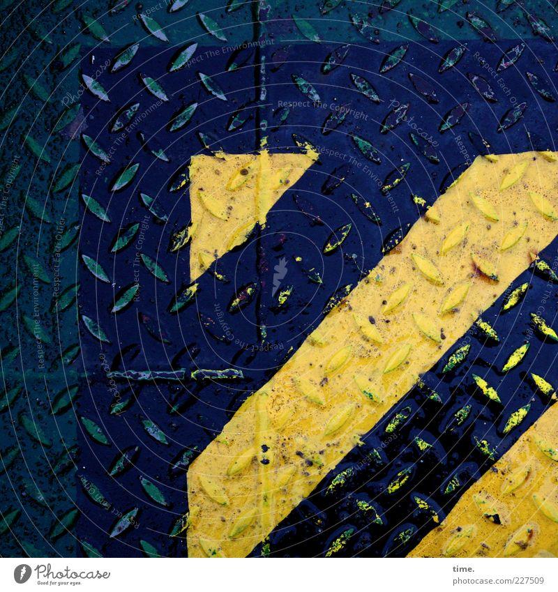 Seemannsblech (III) Wege & Pfade Wasserfahrzeug Metall alt nass blau gelb Sicherheit Ordnung Blech Eisen feucht Abdeckung Schiffsplanken Stabilität hart