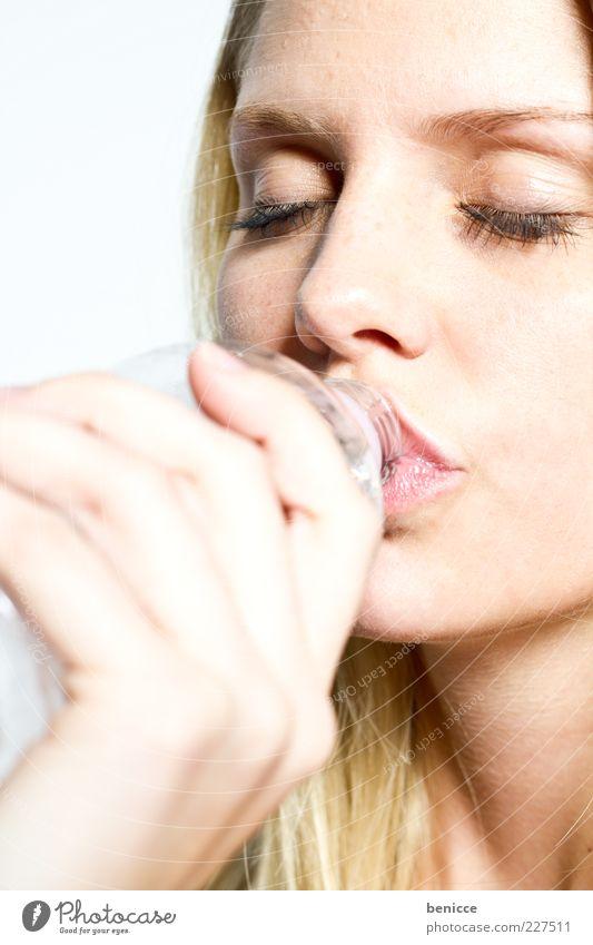Durst Frau Mensch Hand Wasser schön Auge Erholung blond Glas geschlossen frisch Getränk Beautyfotografie trinken