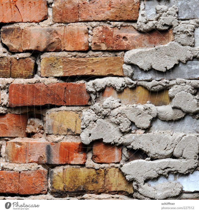 Einmal liften bitte! alt rot Wand grau Mauer Fassade Baustelle Bauwerk Backstein Handwerk verwittert Sanieren Stein Mörtel Backsteinwand Restauration