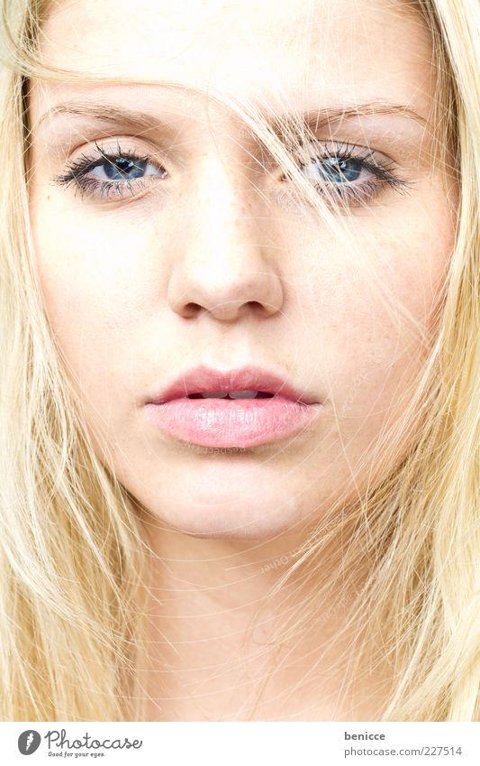 blond Frau Mensch schön Gesicht Auge feminin Haare & Frisuren Traurigkeit blond Lippen selbstbewußt ernst attraktiv Haarsträhne