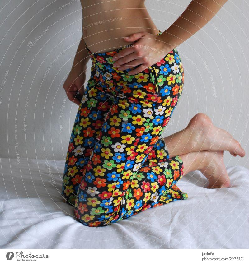 hipp, hipp, hippie Frau Mensch Jugendliche Hand feminin Erwachsene Stil Beine Fuß Mode Lifestyle Bekleidung retro Gesäß außergewöhnlich