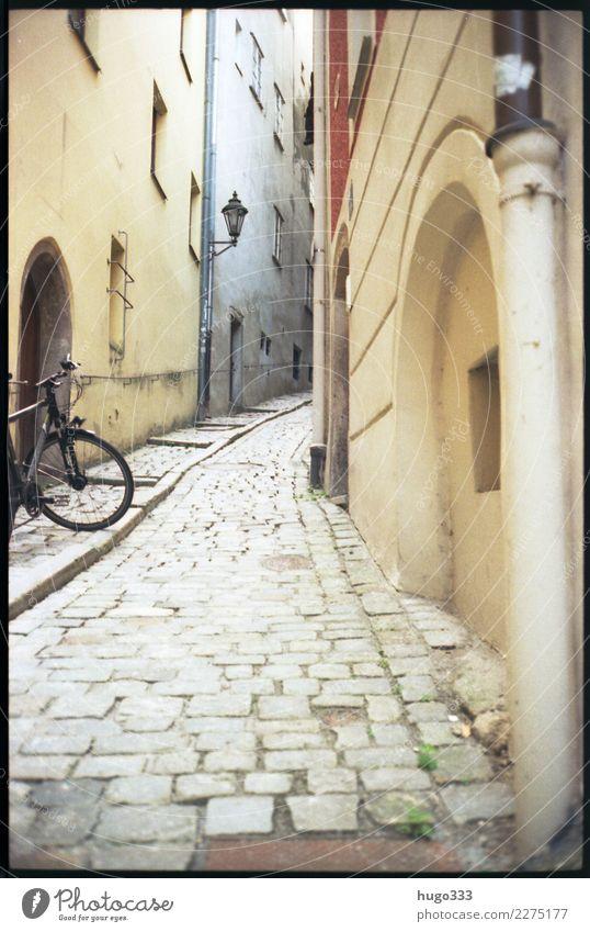 Gasse Passau Niederbayern Bayern Stadt Stadtzentrum Altstadt Menschenleer Haus Bauwerk Gebäude Mauer Wand Fassade Fahrrad Stein hell Kopfsteinpflaster oben