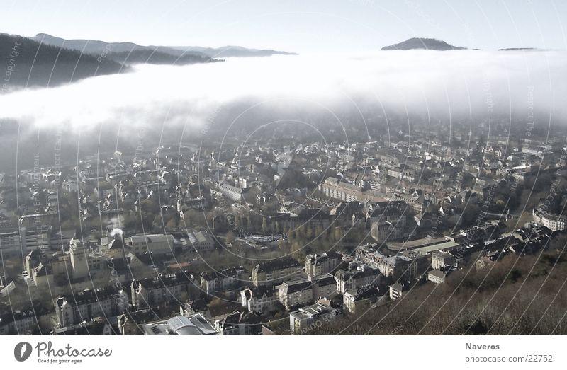 Freiburg vom Nebel verschlungen Wolken Herbst Wetter Kleinstadt Stadt Stadtrand Altstadt bevölkert Haus Gebäude bedrohlich Ferne Unendlichkeit hoch kalt oben