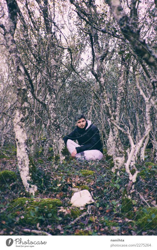 Mensch Natur Ferien & Urlaub & Reisen Jugendliche Mann Junger Mann Landschaft Baum Einsamkeit Ferne Berge u. Gebirge 18-30 Jahre Erwachsene Leben Lifestyle
