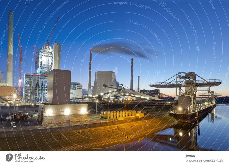 Energie Himmel blau gelb Farbe Umwelt Arbeit & Erwerbstätigkeit Beleuchtung Klima Technik & Technologie Hafen Rauch Flussufer Schornstein Kran Wasserfahrzeug