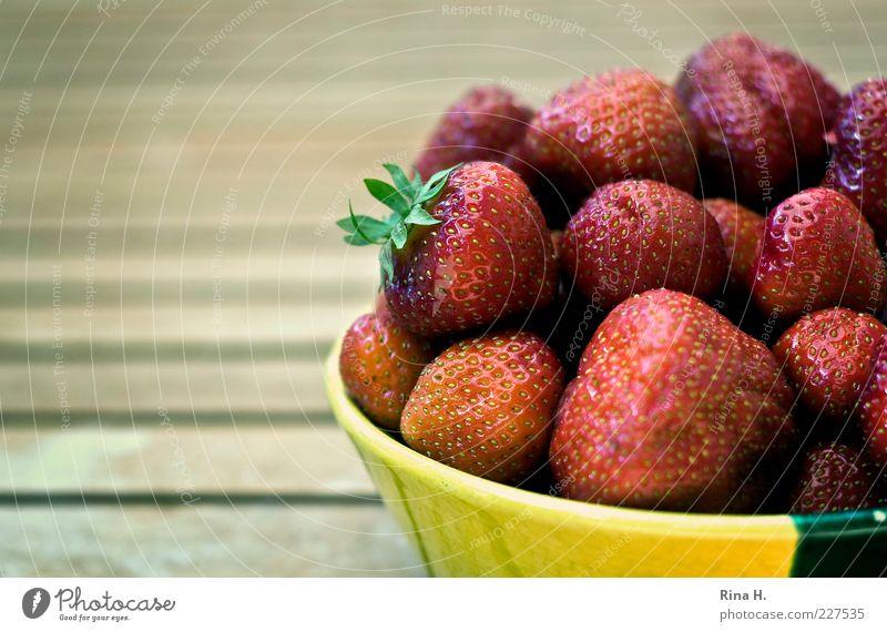 Lecker Erdbeeren Frucht Ernährung Bioprodukte Vegetarische Ernährung Schalen & Schüsseln Sommer frisch Gesundheit gelb rot Vitamin Vitamin C Farbfoto