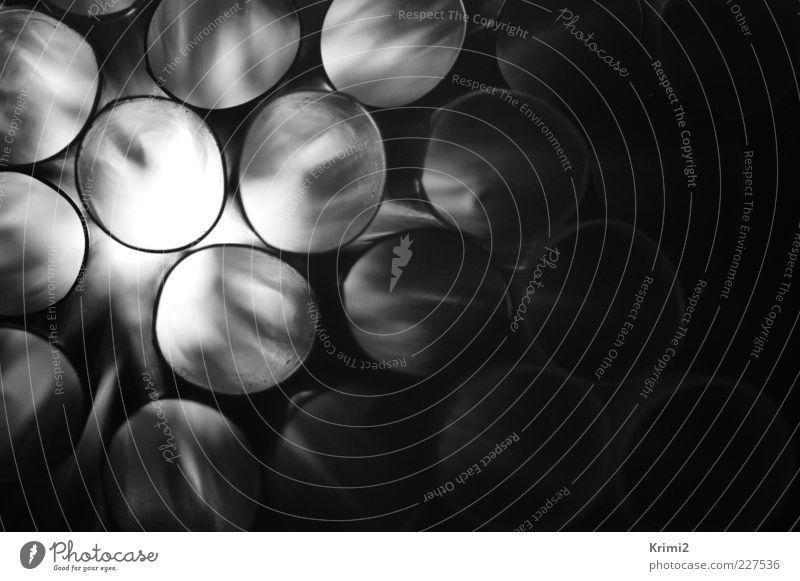 Trinkröhrchen Röhren Trinkhalm Kunststoff rund grau schwarz weiß Schwarzweißfoto Innenaufnahme Nahaufnahme Detailaufnahme abstrakt Muster Strukturen & Formen