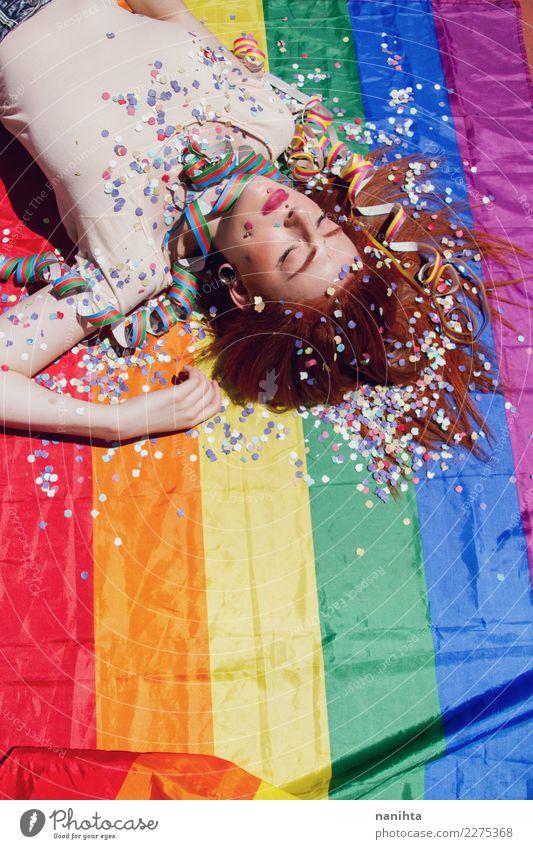 Junge Frau, die über einer Regenbogenflagge schläft Mensch Jugendliche schön Erholung 18-30 Jahre Erwachsene Lifestyle feminin Stil Feste & Feiern Party Design