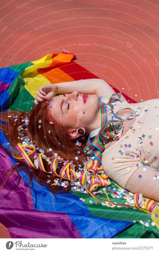 Junge Frau, die sich über einer Regenbogenfahne hinlegt. Lifestyle Stil exotisch schön Haare & Frisuren Wellness Erholung ruhig Party Veranstaltung ausgehen