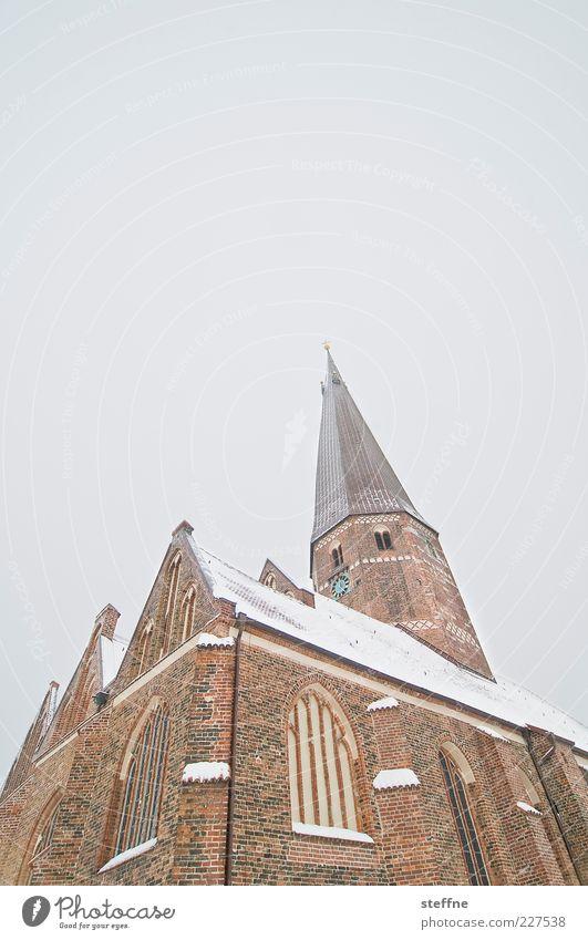 Pisa für Arme Wolkenloser Himmel Winter Schnee Salzwedel Kirche Religion & Glaube Backstein Farbfoto Außenaufnahme Textfreiraum oben Freisteller Kirchturmspitze