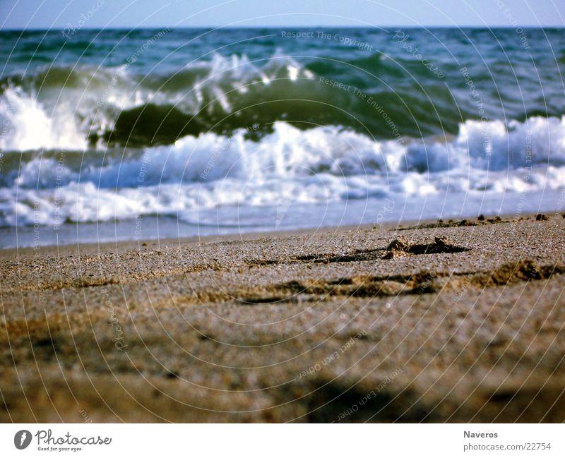Ungefährliche Brandung Meer Strand Fußspur Sommer Ferien & Urlaub & Reisen Wellen Wasser Spuren Sand