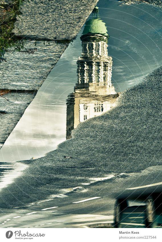 Stadtrundfahrt Hauptstadt Haus Platz Turm Architektur Sehenswürdigkeit Wahrzeichen Verkehr Verkehrswege Straßenverkehr Autofahren PKW Geschwindigkeit Pfütze