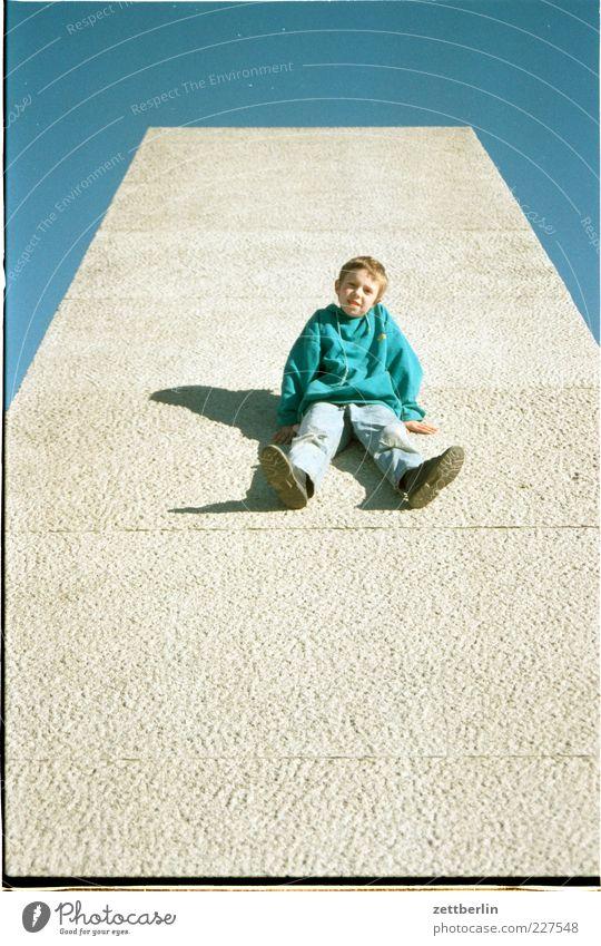 Tom Kind blau grün Sommer Freude Junge lustig Kindheit sitzen warten Ausflug Beton maskulin Coolness Neigung 8-13 Jahre