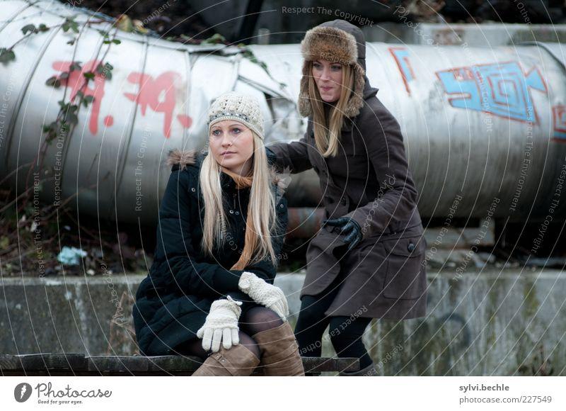 Ach wie gut, dass niemand weiß ... Mensch Jugendliche Freude ruhig feminin Leben kalt Wand Graffiti Haare & Frisuren Mauer Freundschaft sitzen Bank geheimnisvoll