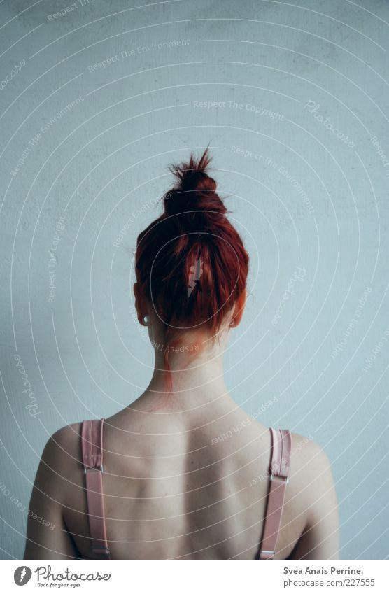 edel. Mensch Jugendliche schön Erwachsene feminin Wand Gefühle Haare & Frisuren Mauer Traurigkeit Stil Stimmung Körper Rücken Fassade elegant