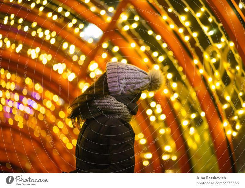 Mädchen in Lichter Junge Frau Jugendliche Haare & Frisuren 1 Mensch 18-30 Jahre Erwachsene Bekleidung Mantel Stoff Schal Hut Kopftuch schwarzhaarig brünett