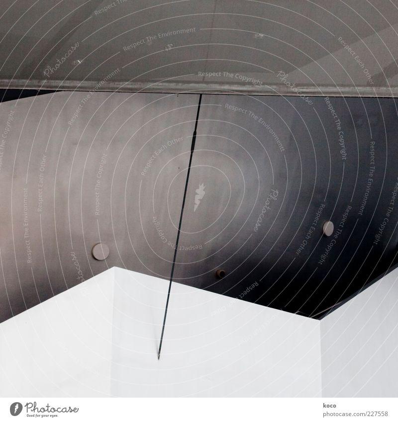 Strichpunkt Kunstwerk Mauer Wand Fassade Dach Beton Metall Stahl Linie Dreieck ästhetisch Coolness eckig einfach Spitze grau schwarz silber weiß einzigartig