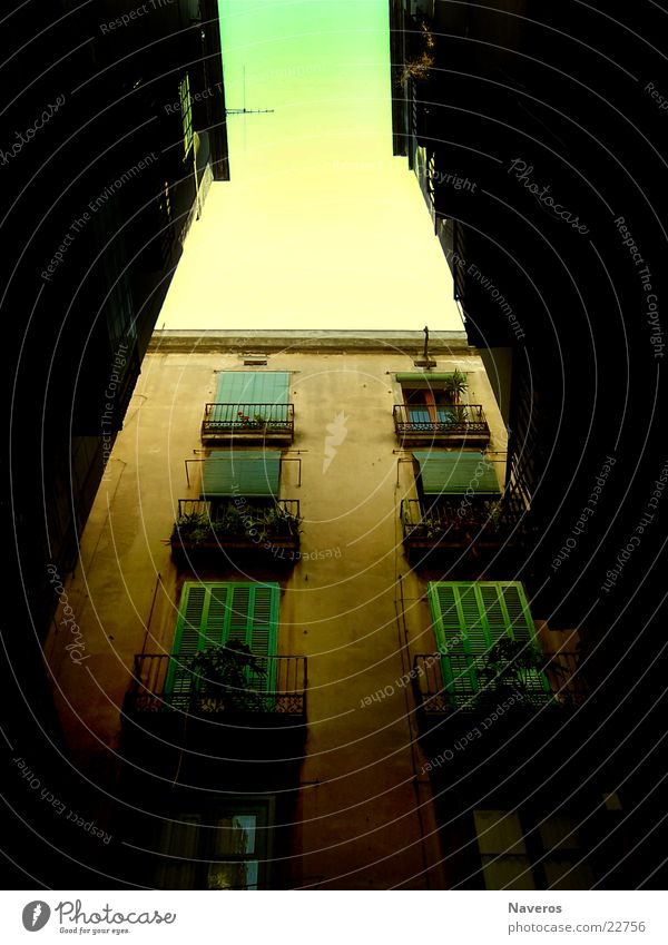 Südstadt Haus Fensterladen Balkon Gasse geschlossen Stadt Europa Barcelolana