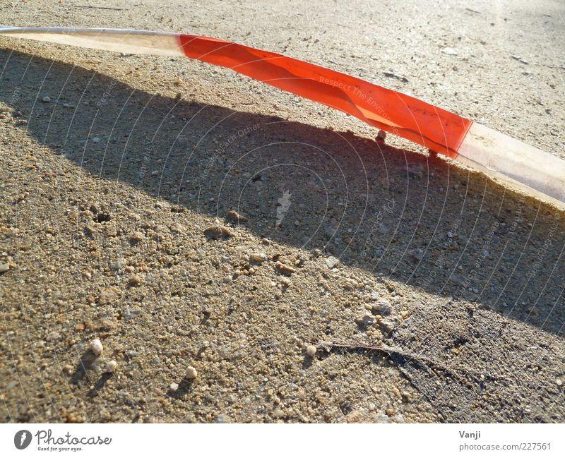 Hinter der Absperrung Erde rot weiß Schnur Tatort Farbfoto Außenaufnahme Nahaufnahme Detailaufnahme Tag Licht Schatten Warnfarbe Menschenleer Barriere